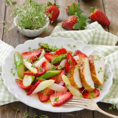 Erdbeer-Spargel-Salat mit saftiger Hähnchenbrust