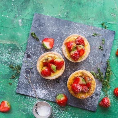 Cheesecake-Muffins mit Erdbeersalat