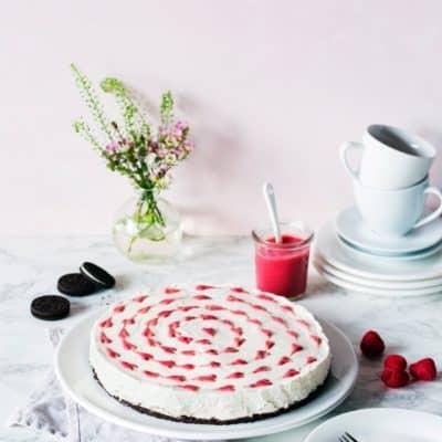 Cheesecake ohne Backen mit Himbeer-Herzen