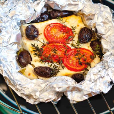 Gegrillter Schafskäse mit Tomaten und Oliven