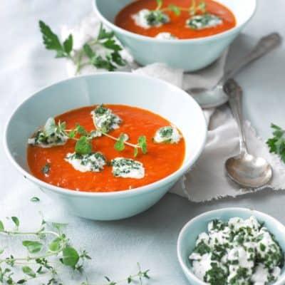 Schnelle Tomatensuppe mit Kräuter-Mozzarella