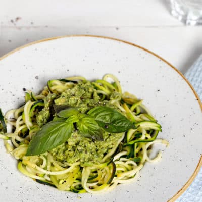 Low Carb Zucchini-Spaghetti mit Avocadopesto