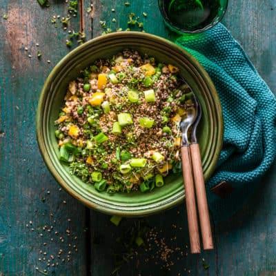 Veganer Quinoasalat mit cremigem Tahini-Dressing