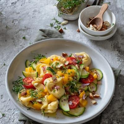 Vegetarischer Tortellinisalat mit gerösteten Mandeln