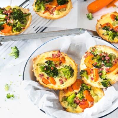 Mini-Quiche mit Gemüse und Speck