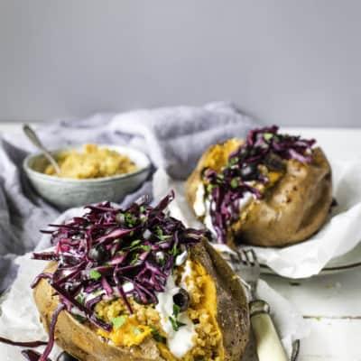 Süßkartoffel-Kumpir mit Bulgur und Joghurt
